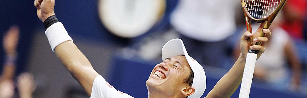 Die besten Online Sportwetten Close-up Tennisspieler auf Feld Siegerpose Freude