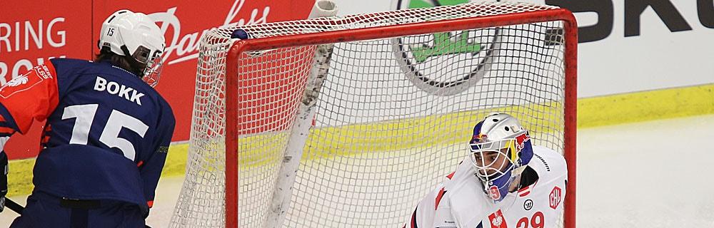 Die besten Online Sportwetten Close-up Eishockeyspieler auf dem Eis neben Tor Torhüter