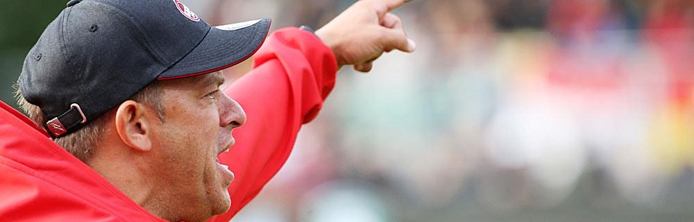 Die besten Online Sportwetten Close-up Fussball Trainer am Spielfeldrand gibt Handzeichen