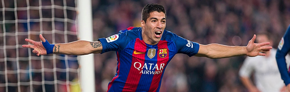 Die besten Online Sportwetten Close-up Fussballspieler rennt über Spielfeld Tor im Hintergrund Freude