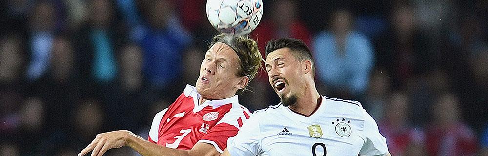 Die besten Online Sportwetten Close-up Fussballspiel zwei Spieler im Duell auf Spielfeld Kopfball