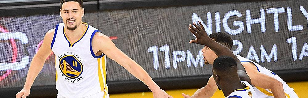 Die besten Online Sportwetten Close-up drei Basketballspieler auf dem Spielfeld handshake