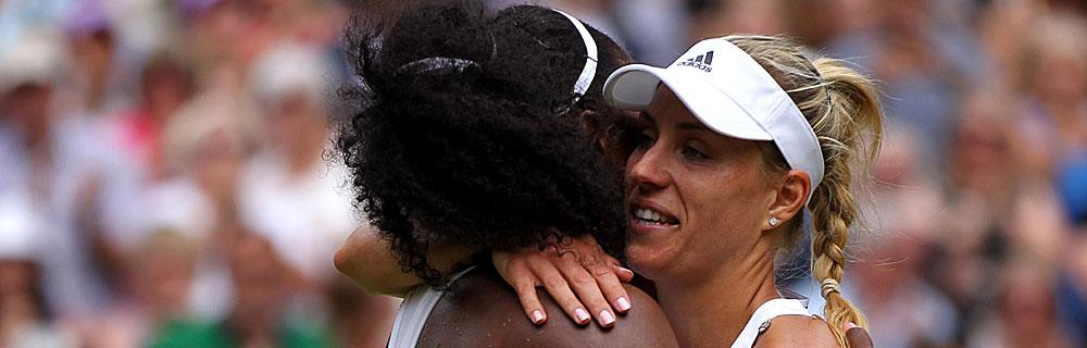 Die besten Online Sportwetten Close-up Tennisspielerinnen Umarmung auf Spielplatz