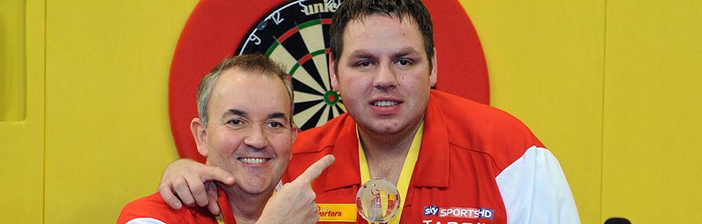 Die besten Online Sportwetten Close-up zwei Dartspieler umarmen sich