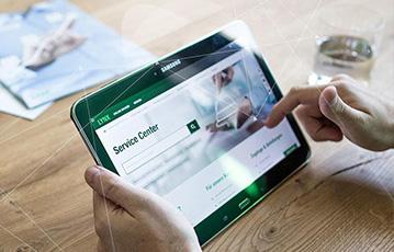 tablet in Händen auf Tisch Zeitung Glas Wasser lynx webseite service center